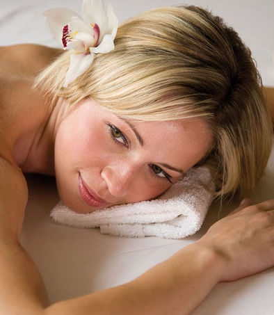 I-benefici-del-massaggio-con-pietre-calde-tamponi-di-erbe-o-bambu_v_gdv