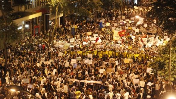 17jun2013-manifestantes-protestam-no-centro-do-rio-de-janeiro-nesta-segunda-feira-17-contra-o-reajuste-da-tarifa-de-onibus-na-cidade-e-os-gastos-com-a-copa-do-mundo-a-manifestacao-teve-inicio-as-1371505980701_1920x1080
