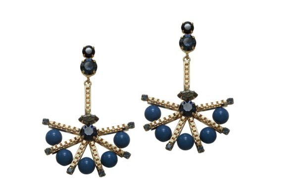 Gabriela Pires - Brincos com banho de ouro, cristais e pérolas de cristal Swarovski - R$ 323